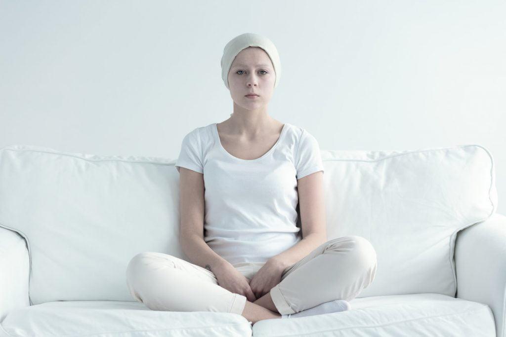 kobieta chora na raka siedząca na kanapie