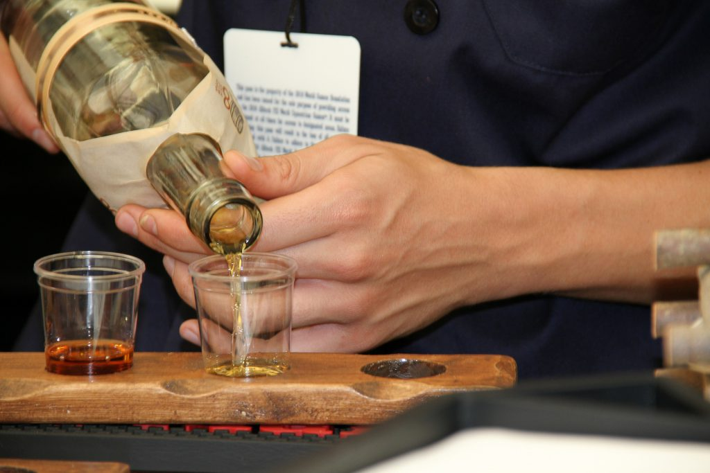 facet nalewający alkohol z butelki do kieliszka