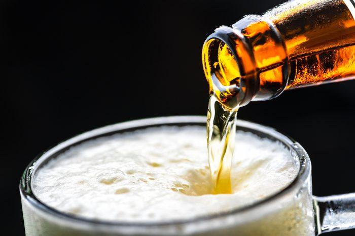 grafika przedstawiająca piwo przelewane z butelki do kufla