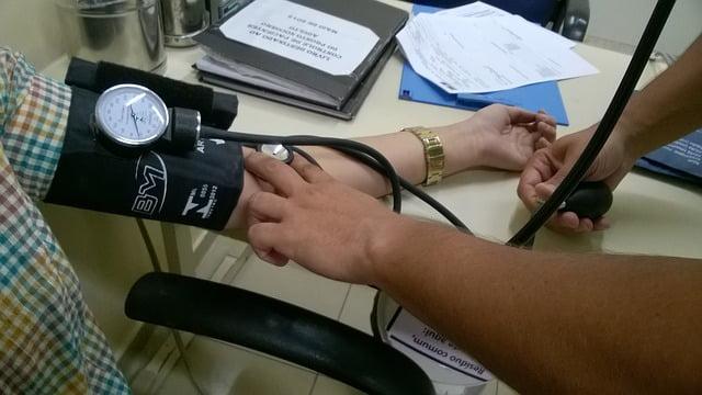 lekarz sprawdzający ciśnienie pacjentowi za pomocą ciśnieniomierza