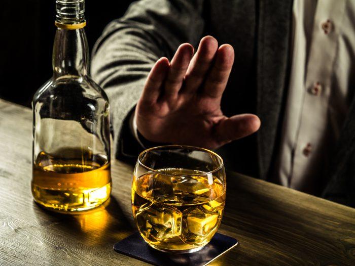 facet przy barze odmawiający lampki wina