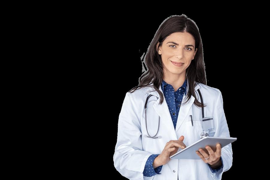 lekarz trzymający dokumentację pacjenta