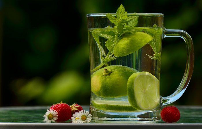 szklanka z koktajlem witaminowym