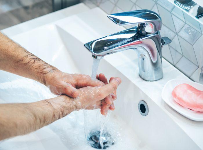 zdjęcie osoby, która dezynfekuje ręce