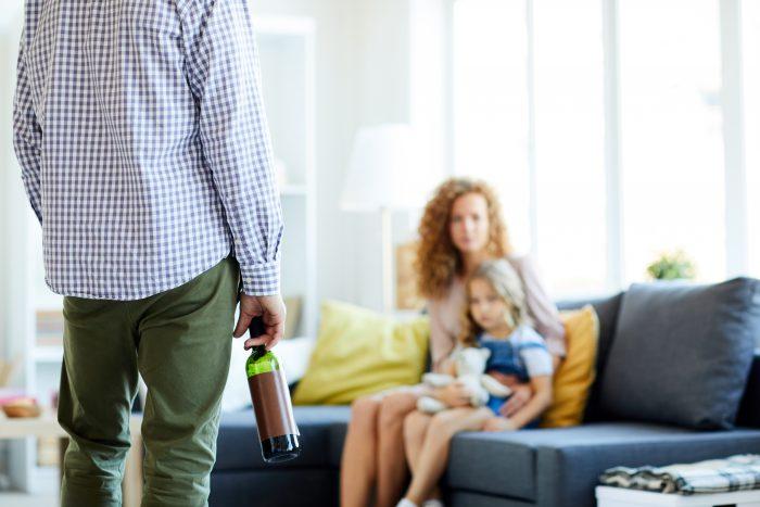 kobieta z dzieckiem tłumacząca alkoholikowi jak ma postępować