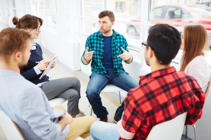 grupa ludzi z problemem alkoholowym mówiąca o swoich problemach