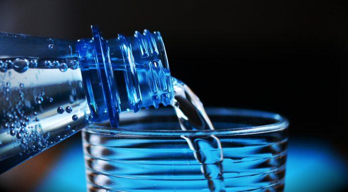 woda przelewana z butelki do szklanki