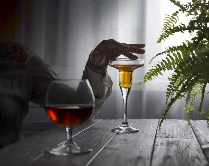 Kobieta współuzależniona do alkoholika trzyma kieliszek w ręku