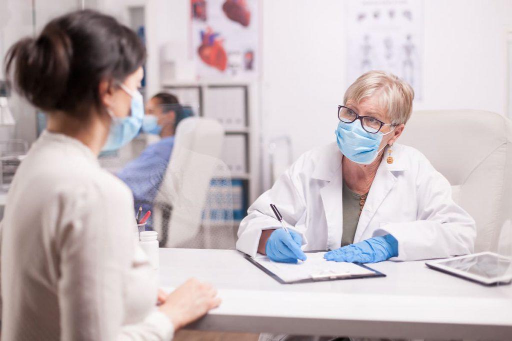Konsultacja lekarki z pacjentką w sprawie rehabilitacji po koronawirusie